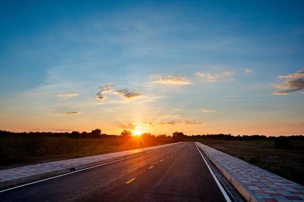 Lege asfaltweg blauwe hemel en zonsondergang backgroung met kopie ruimte Premium Foto