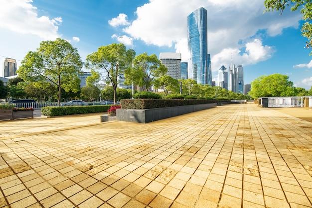 Lege asfaltweg en moderne gebouwen in nanchang Premium Foto