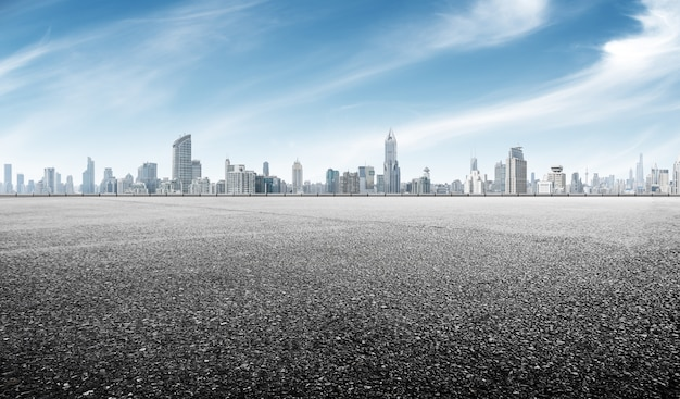 Lege asfaltweg met stadsgezicht van shanghai in blauwe hemel Premium Foto