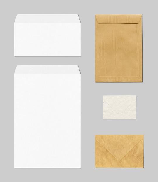 Lege bedrijfskantoorbehoeften met enveloppen in bruin en wit Premium Foto