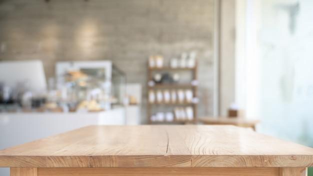 Lege bovenste houten tafel in café achtergrond Premium Foto