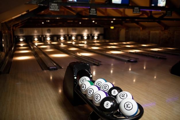 Lege bowlingbaan met bowlingballen Gratis Foto