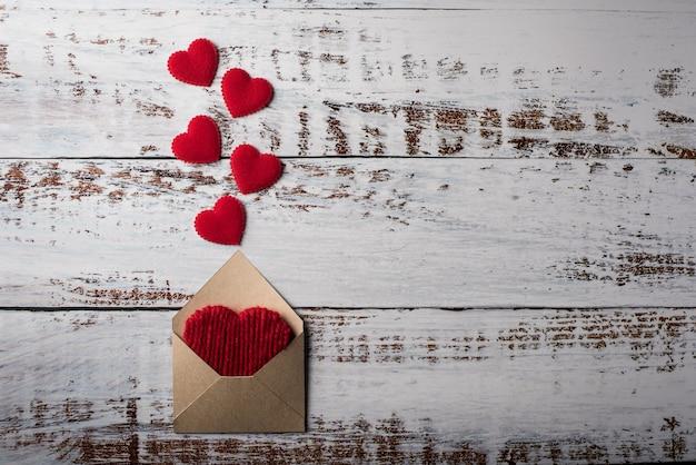 Lege brief op houten achtergrond, valentijnsdag concept Gratis Foto