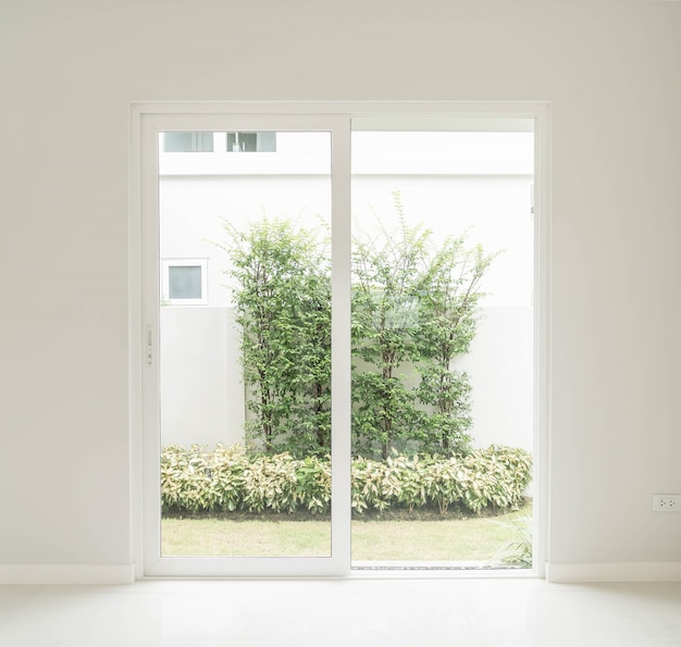 Lege deur in de woonkamer interieur achtergrond Gratis Foto