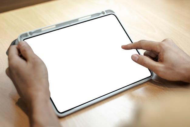 Lege digitale tablet op een lichte houten tafel Gratis Foto