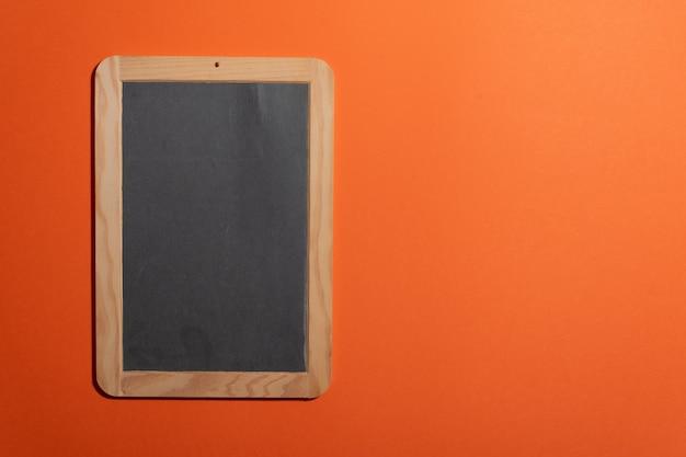Lege draagbare schoolbord oude school voor het toevoegen van krijttekst en kopie ruimte Premium Foto