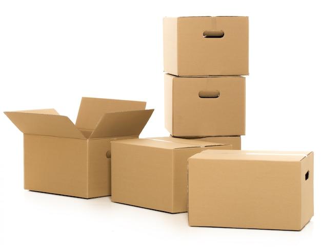 Lege en gesloten dozen op het wit Gratis Foto