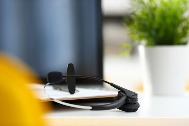 Lege externe kantoorwerkplek met laptop en headset Premium Foto