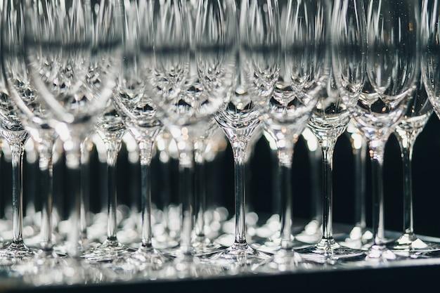 Lege glazen champagne voor welkomstdrankje Premium Foto