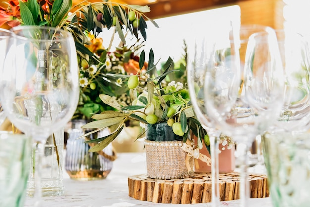 Lege glazen naast het bestek en tafellinnen van een gastentafel. Premium Foto