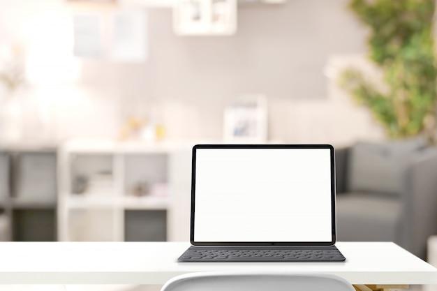 Lege het schermtablet van het model met slim toetsenbord op lijst over woonkamer Premium Foto
