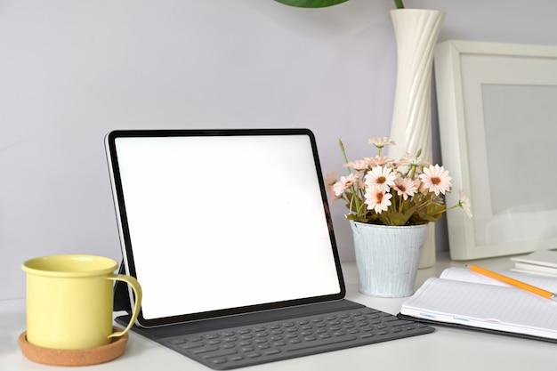 Lege het schermtablet van het model met toetsenbord op de werkruimte van de huisstudio Premium Foto