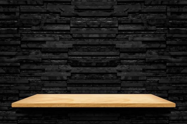 Lege houten plank bij zwarte de muurachtergrond van de laag marmeren tegel Premium Foto