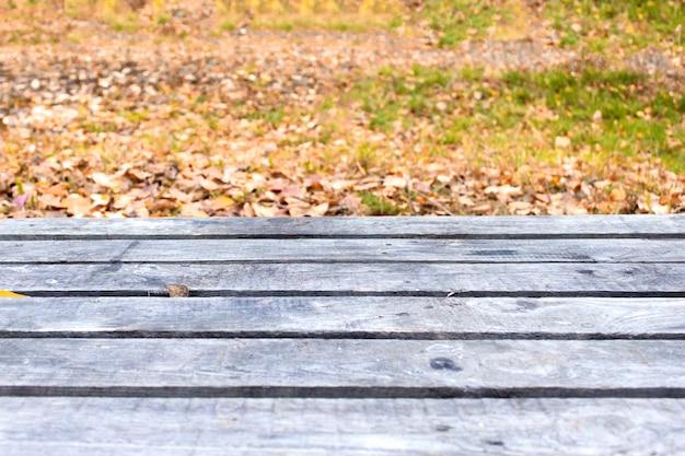 Lege houten tafel en wazig aard tuin Premium Foto