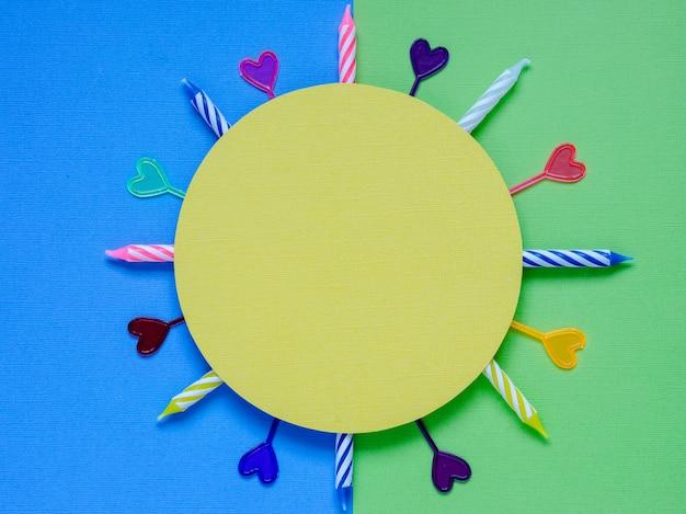 Lege kaart met kleurrijke feestartikelen op een kleurrijke achtergrond Premium Foto
