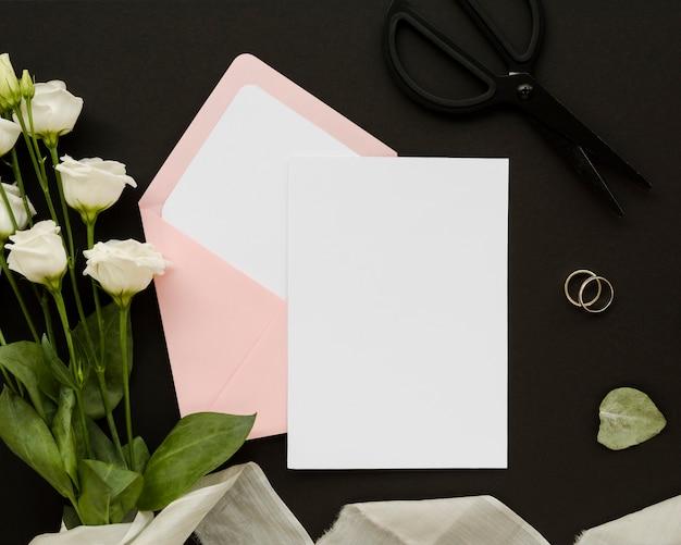 Lege kaart met roze boeket Gratis Foto