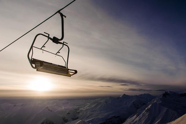 Lege kabelwagen op de hemel en de bergen Premium Foto