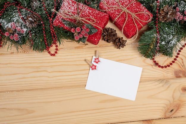 Lege kerstkaart op een houten tafel Premium Foto