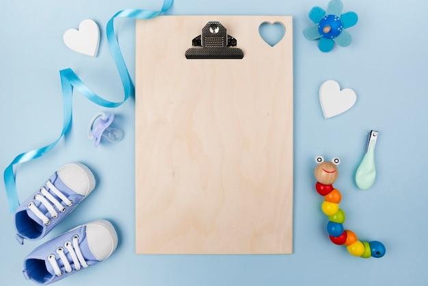 Lege klembord en baby schoenen Gratis Foto
