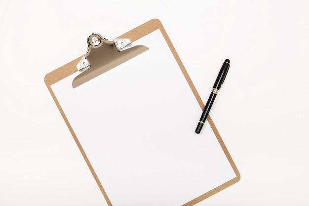 Lege klembord mock up en pen geïsoleerd op een witte achtergrond. witte kladblok Premium Foto
