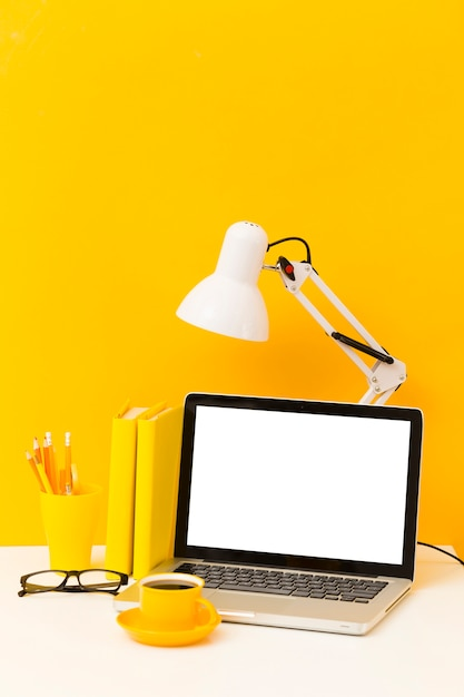 Lege laptop en bureaulamp Gratis Foto