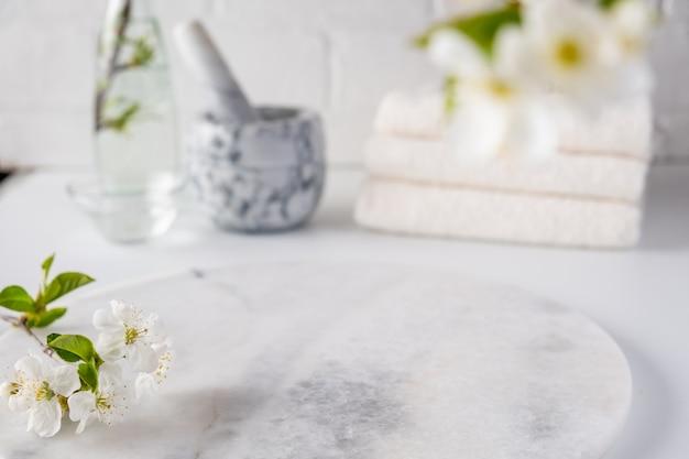 Lege marmeren bord voor productvertoning met wazig badkamer interieur. spa en lichaamsverzorging Premium Foto