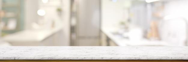 Lege marmeren tafel in wazig keuken kamer Premium Foto