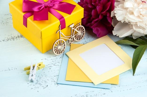 Lege notitie, gele geschenkdoos met strik Premium Foto