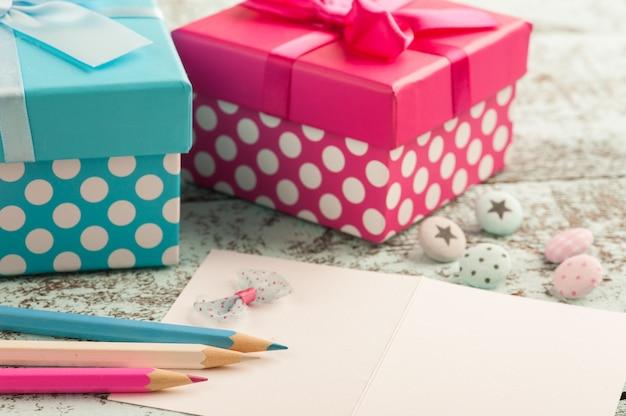 Lege notitie met blauwe en roze potloden Premium Foto