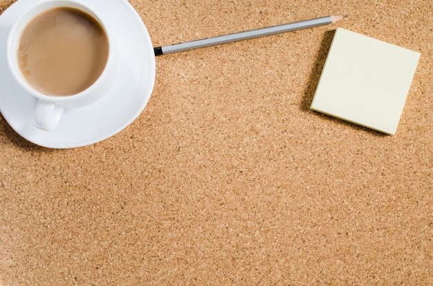 Lege notities en kopje koffie op kurk boord Premium Foto