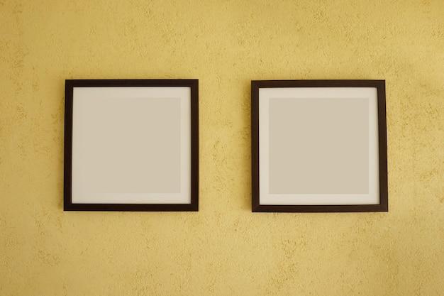 Lege omlijstingen op uitstekende gele muren. Premium Foto