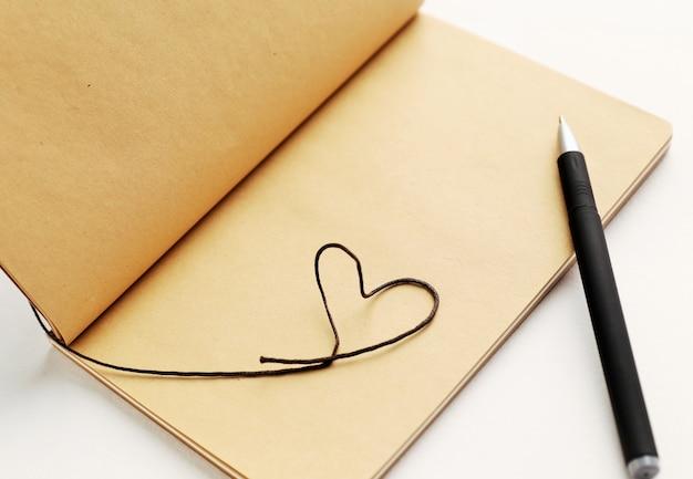 Lege pagina van notitieboekje met hart voor valentijnsdag. Premium Foto