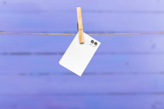 Lege papieren notities met kopie ruimte vastgemaakt op touw Premium Foto