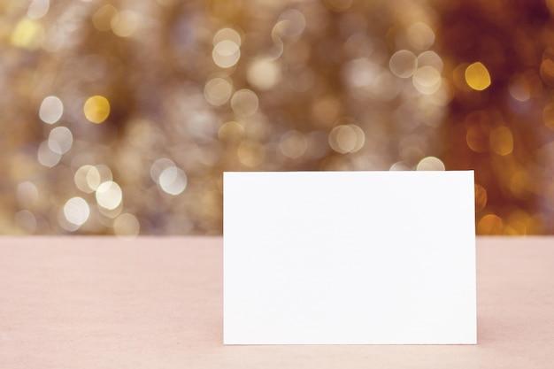 Lege papieren wenskaart, glinsterende bokeh lichten. Premium Foto