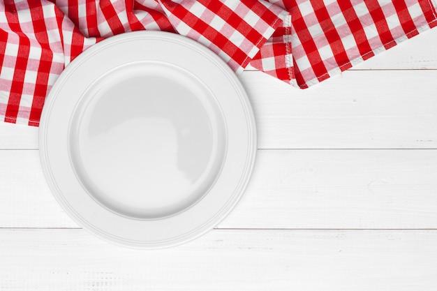 Lege plaat en handdoek over houten oppervlak tafel Premium Foto