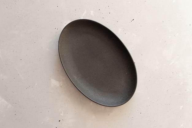 Lege plaat op grijze houten tafel Premium Foto