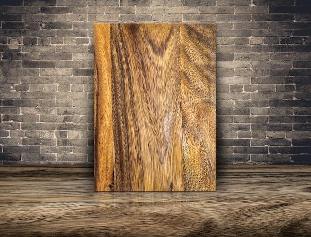 Lege plank houten bord op grunge bakstenen muur en houten vloer Premium Foto