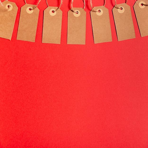 Lege prijskaartjes op rode achtergrond met exemplaarruimte Gratis Foto