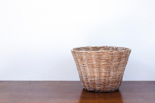 Lege rieten mand op houten tafel Premium Foto