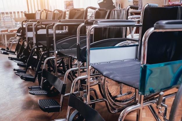 Lege rolstoelen lijn in het ziekenhuis Premium Foto