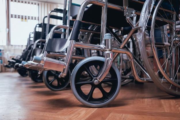 Lege rolstoelen lijnen in het ziekenhuis Premium Foto