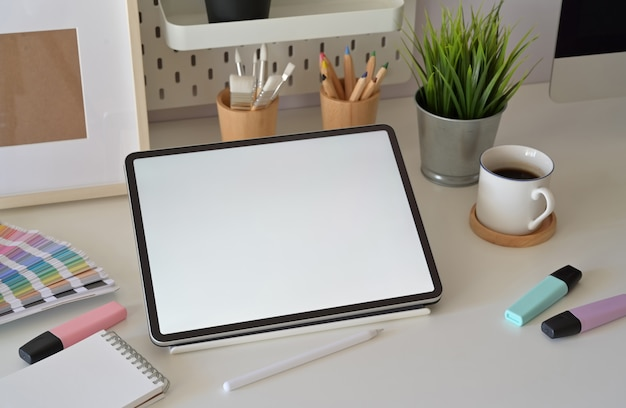 Lege schermtablet op desktop in grafische ontwerpstudio Premium Foto