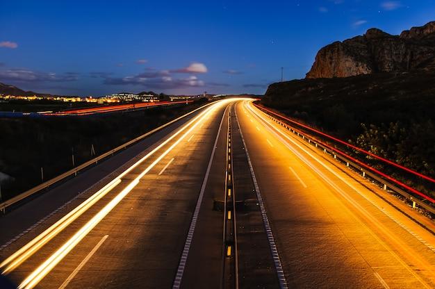 Lege snelweg bij nacht met lange blootstelling Premium Foto