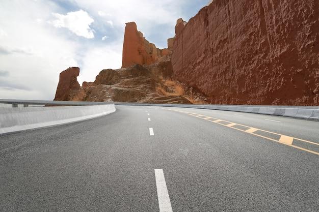 Lege snelwegen en verre bergen Premium Foto