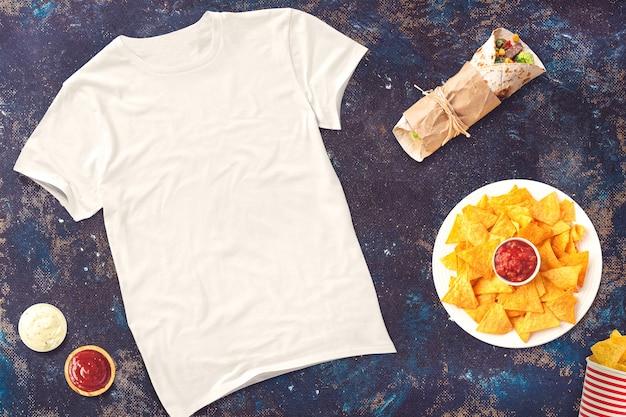Lege t-shirt met voedsel Premium Foto