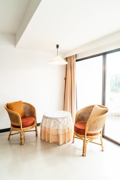 Lege tafel en stoeldecoratie in woonkamer Premium Foto