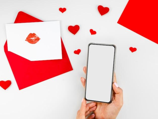 Lege telefoon naast liefdesbrief Gratis Foto