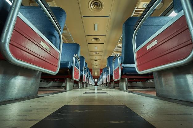 Lege treinstoelen die van de vloer zijn ontsproten Gratis Foto