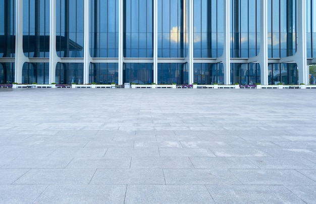 Lege vloer en moderne architectuur Premium Foto