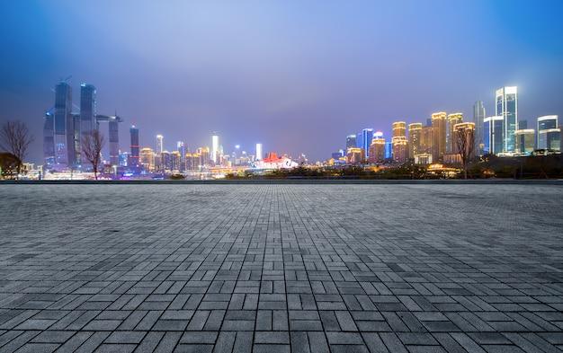Lege vloer en moderne stadsgebouwen in chongqing, china Premium Foto